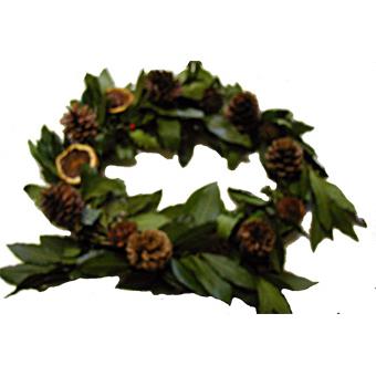 Couronne de Noël en branches et pommes de pin