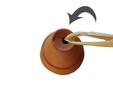 enfiler du rafia doublé dans un des petits pots