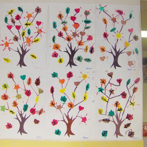 Peinture d'un arbre au pochoir