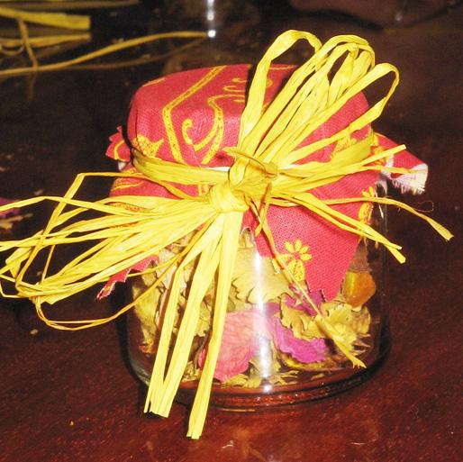 Pot de pétales de roses séchées