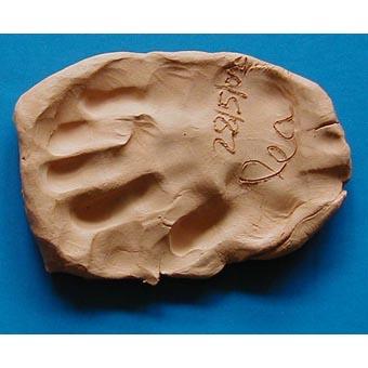 Presse papier réalisé avec l'empreinte de main de l'enfant