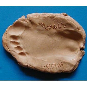 Presse papier réalisé avec l'empreinte de pied de l'enfant