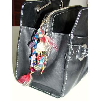Attacher le gri gri porte bonheur au sac