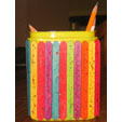 Boîte à crayons décorée de batonnets de bois peints