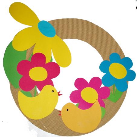 Fabriquer une couronne de Pâques avec des fleurs et des poussins