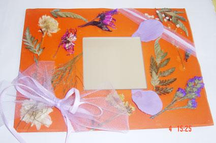 Miroir décoré de fleurs séchées et de de plantes