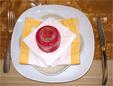 Marque place posé sur la serviette de table