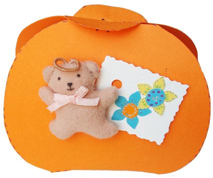 Pochette à cadeau décorée de petits objets