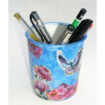 Pot à crayons réalisé avec un verre en carton décoré