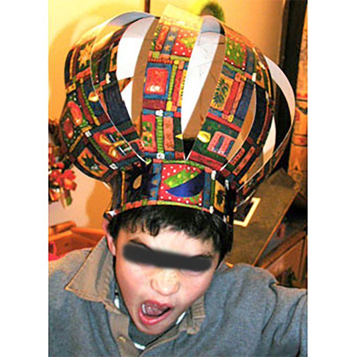 Enfant portant une couronne des milles et une nuits