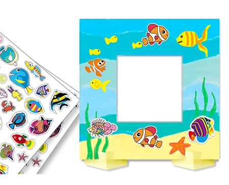 Coller des gommettes sur le cadre photo pour completer sa décoration