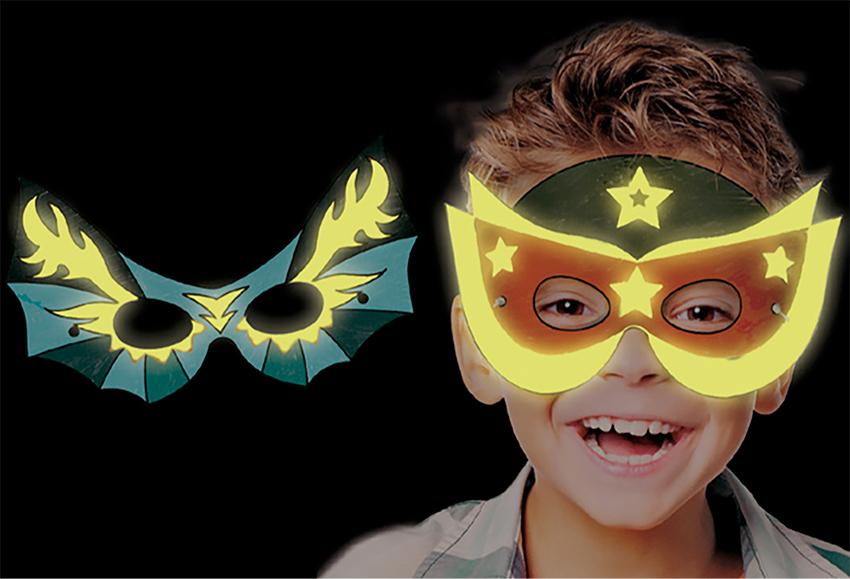 Peindre les masques de héros à la peinture fluorescente
