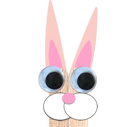 Coller des yeux mobiles sur la tête du lapin en bâtons de glace