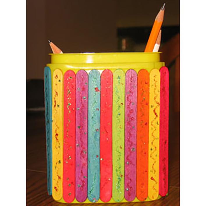 Boîte à crayons décorée de bâtonnets de bois peints