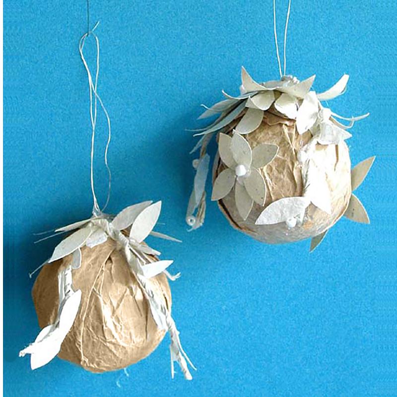 Boule de Noël en papier kraft décorée de feuilles