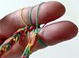 Mettre les 2 boucles sur les doigts