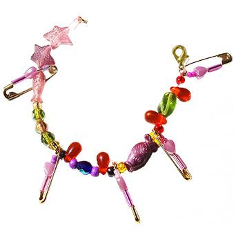 Le bracelet en épingles et perles et terminé