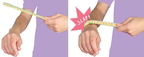 Claquer le bracelet slap sur le poignet
