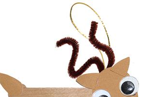 Coller le cordon au dos du cadre renne
