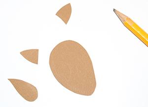 Découper les éléments de la tête en papier