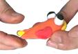 Coller une pointe de jaune au bout de la queue