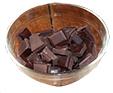 Casser le chocolat dans un bol