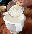 Verser la farine
