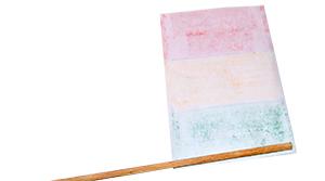 Coller le drapeau sur la baguette de bois