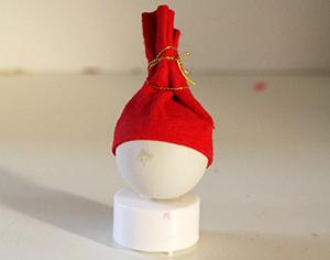 Glisser la tête du Père Noël sur la flamme