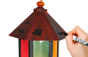 Dessiner des motifs d'Halloween sur la lanterne