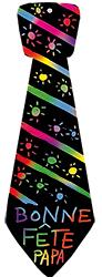 Décorer la cravate avec le grattoir