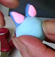 Coller les oreilles sur la tête de la souris