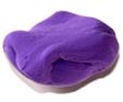 malaxer la pâte à modeler violette