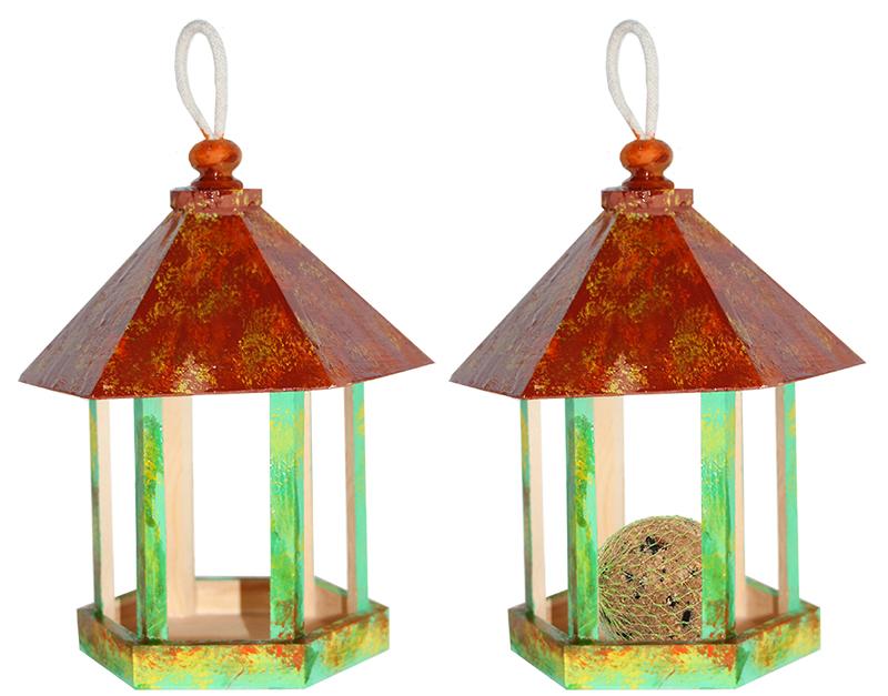 Mettre des graines pour les oiseaux dans la mangeoire