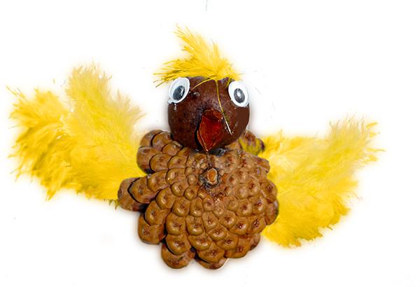 Oiseau en pomme de pin d'automne