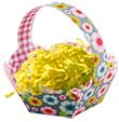Placer la paille dans le panier de Pâques fleuris