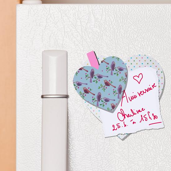 Coller le pense-bête double coeur sur le frigo