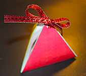 Fermer la pochette cadeau pyramide