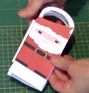 Plier la pochette Père Noël à plat