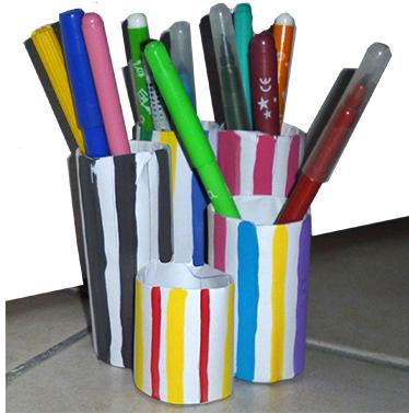 Range-crayons en colonnes de Buren