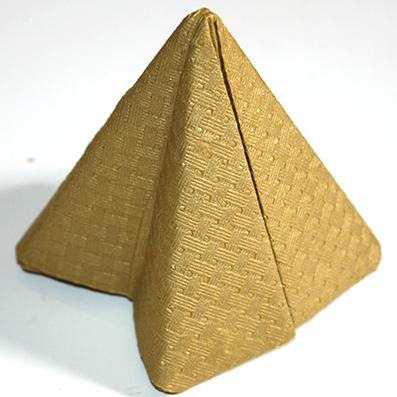 Serviette pliée en pyramide