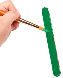 Peindre 5 bâtons en vert par sapin