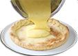 Verser la crème dans le fond de tarte