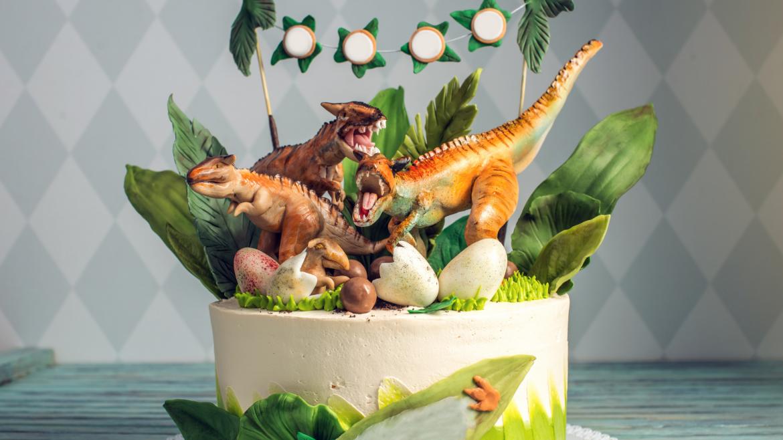 Les dinosaures sont un thème très prisé par les enfants qui adorent se déguiser, se maquiller et s'imaginer des folles aventures accompagnés de terrifiants dinosaures. Retrouvez toutes nos idées d'activités et nos infos sur le dinosaure.