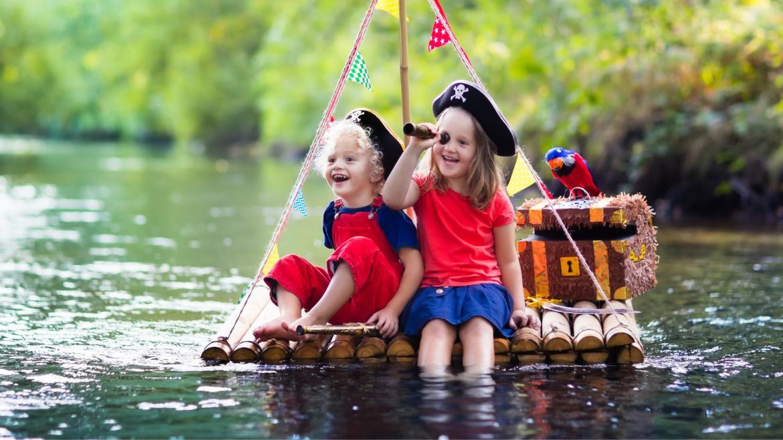 Les pirates sont un thème très prisé par les enfants qui adorent se déguiser, se maquiller et s'imaginer des folles aventures dignes des plus redoutables mercenaires. Retrouvez toutes nos idées d'activités et nos infos sur les pirates.