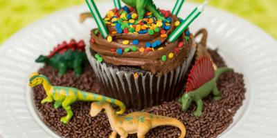 Vous voulez organiser un anniversaire dinosaure à vos enfants ? Retrouvez nos conseils, nos idées et des printables à imprimer gratuitement.