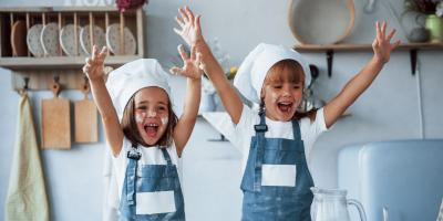 Un bricolage pour réaliser une toque de chef cuisinier pour se déguiser en chef pour cuisiner ou pour jouer au chef. Une idée de bricolage facile pour transformer pour enfant en chef cuisinier le temps d'un mercr