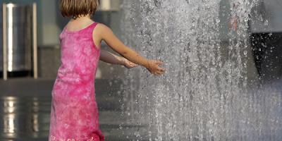 La canicule qui s'installe en France est un vrai danger de l'été pour les enfants On l'oublie souvent mais l'un des dangers de l'été est tout simplement la chaleur, la canicule et avec elles les coups de chaleur, les insolations, la déshydratation. Retrou