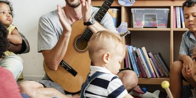 Voici une sélection de 15 jeux musicaux pour s'amuser avec les voix, les rythmes ou les pulsations avec les enfants