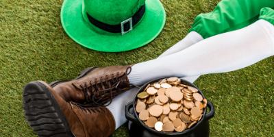 Le Leprechaun et son trésor sont aussi associés à la saint Patrick que le trèfle et sa couleur verte. Le Leprechaun est un personnage classique du folklore irlandais. L'Irlande étant le pays
